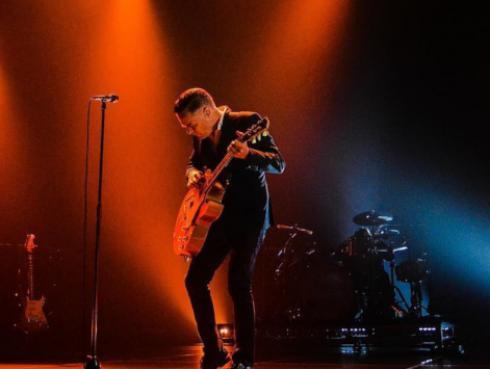 Foto del concierto de Bryan Adams muestra la contaminación de Nueva Delhi