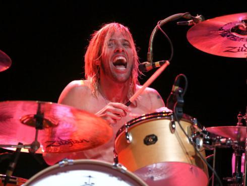 ¡A sus 9 años, hijo del baterista de Foo Fighters la rompe en el escenario! [VIDEO]