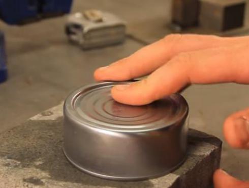 Aprende a abrir una lata sin necesidad de un abrelatas [VIDEO]