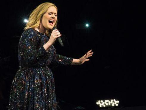 7 momentos en que Adele olvidó las letras de sus canciones en vivo [VIDEO]