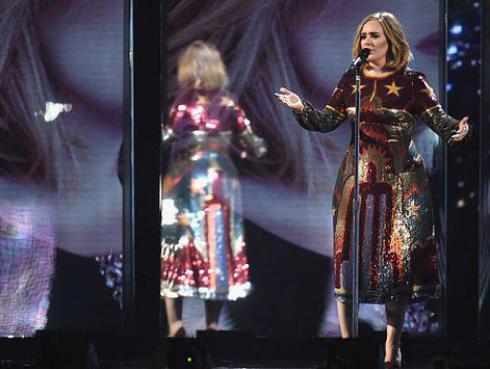 ¡Adele conoció a su 'gemela' en pleno concierto!