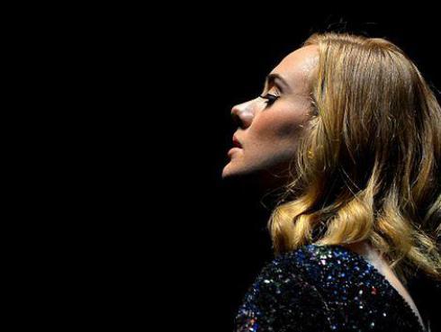 Adele lloró al rendir homenaje a víctimas de la masacre de Orlando [VIDEO]