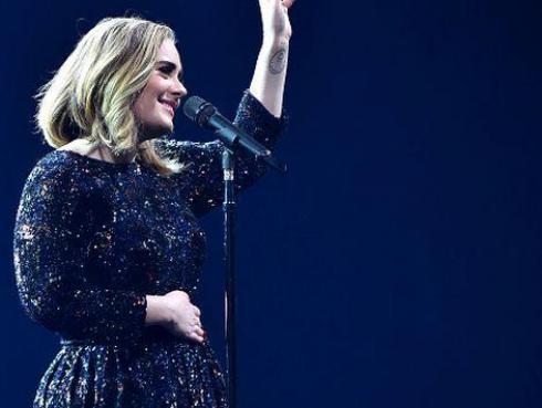 Adele fue cómplice de pedida de mano de pareja gay y hasta les ofreció su vientre de alquiler [VIDEO]