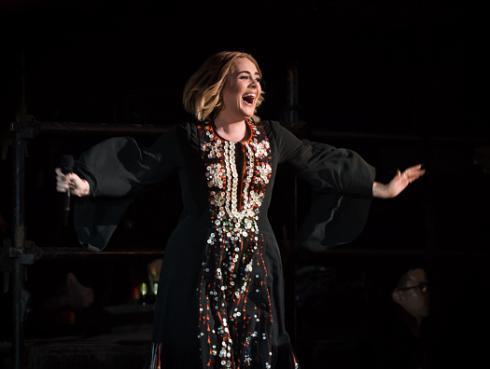 ¡Novio de Adele la sorprende con romántico detalle por su aniversario! [FOTOS Y VIDEO]