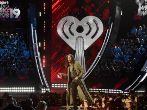 Aerosmith: Steven Tyler sufre aparatosa caída durante concierto