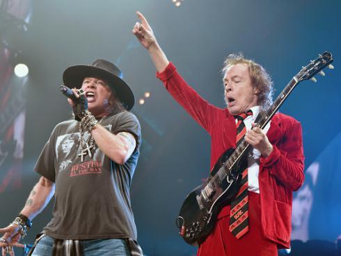 ¡Angus Young jugó divertida broma a Guns N' Roses en pleno aeropuerto!