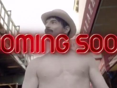 ¡Anthony Kiedis de Red Hot Chili Peppers semidesnudo en adelanto de nuevo videoclip!