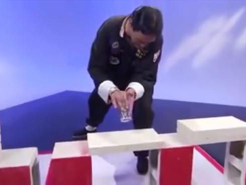 ¡Maestro de artes marciales queda en ridículo al descubrirse su farsa en vivo! [VIDEO]