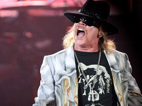 ¡Axl Rose se fracturó un pie a semanas de la gira de Guns N' Roses!