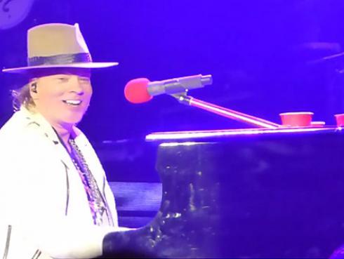 ¡Se le apagó el piano a Axl Rose en pleno concierto con Guns N' Roses! [VIDEO]