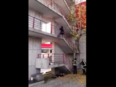 ¡Bombero causa sensación por su habilidad de trepar pisos en segundos! [VIDEO]