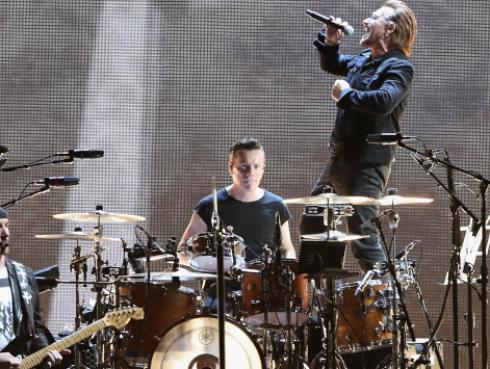 U2 retomará gira tras afonía de Bono en concierto