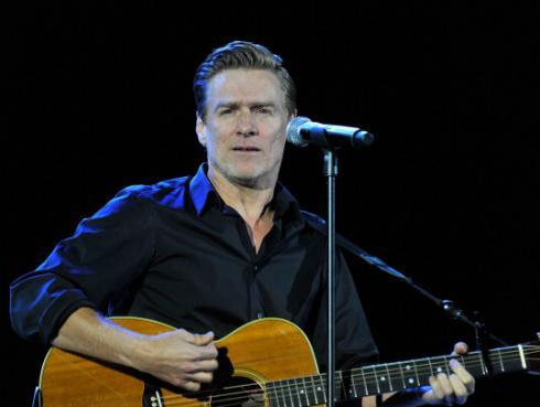 Bryan Adams recaudó dinero en pleno concierto para joven con cáncer [FOTO]