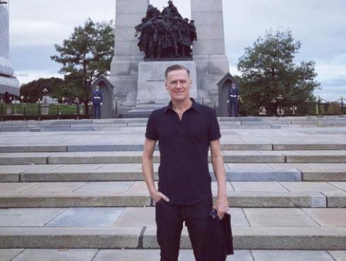 Bryan Adams se asocia con DHL para iniciar campaña de reforestación
