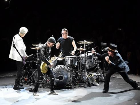 La recordada presentación acústica de U2 en la estación de un metro de Berlín