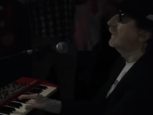 Charly García reapareció en show y se lució tocando guitarra con slide [VIDEO]