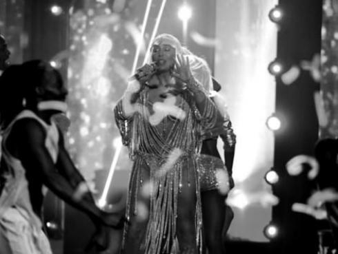 Cher cantó, encantó y recibió el 'Icon Award 2017', en los premios Billboard