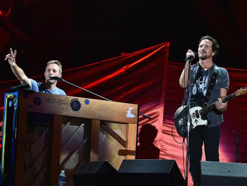 ¡Mira a Chris Martin y Eddie Vedder a dúo tocando temas de Pearl Jam y Patti Smith! [VIDEO]