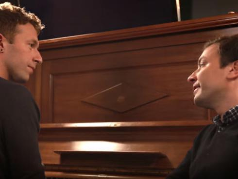 Chris Martin y Jimmy Fallon interpretan 'Life on Mars?' en memoria a David Bowie [VIDEO]