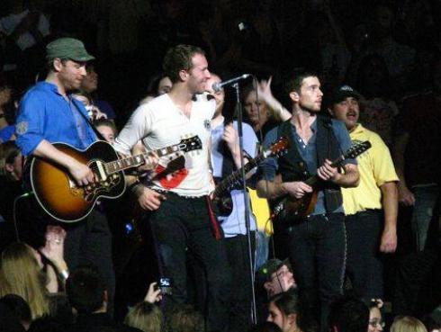Coldplay donó guitarra autografiada a colegio de niños con necesidades especiales