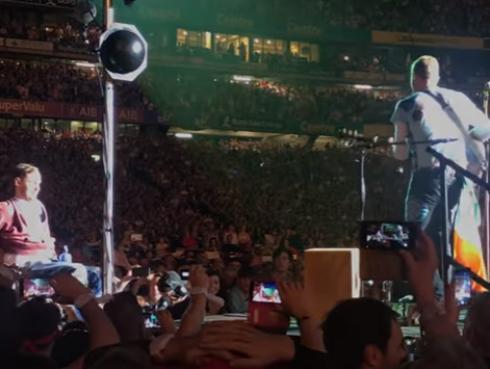 Fan en silla de ruedas fue llevado por la multitud hasta escenario de Coldplay [VIDEO]