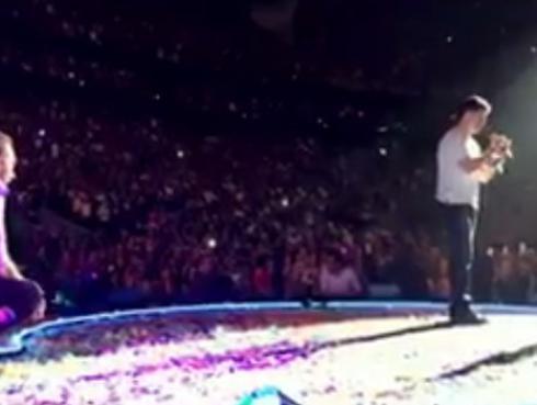Coldplay se convierte en cómplice de pedida de mano en pleno concierto [VIDEO]