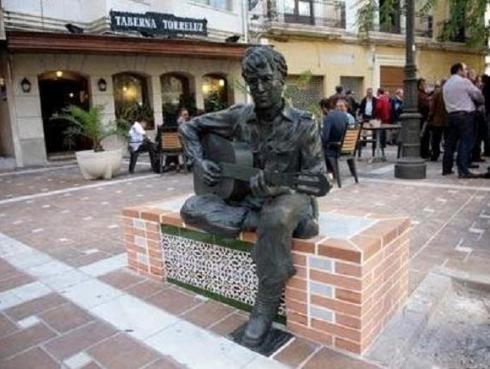Conoce las mejores estatuas de iconos del rock [FOTOS]