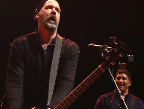 Integrantes de Nirvana se reunieron en el escenario para cantar 'Molly's lips'