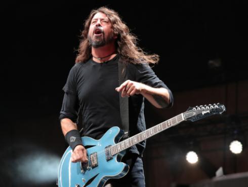 Baterista de Nirvana regala guitarra a niño en concierto