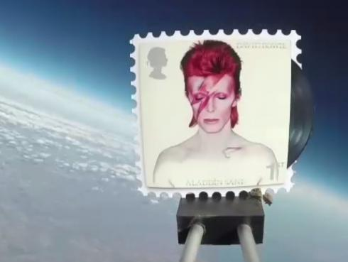 ¡David Bowie viaja al espacio como estampilla! [VIDEO]