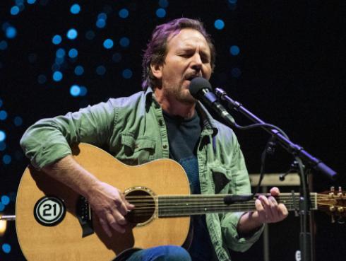 Eddie Vedder, de Pearl Jam, sorprendió cantando 'Maybe it´s time' de la película 'A star is born' [VIDEO]