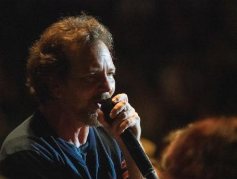 Eddie Vedder rinde emotivo homenaje a Chris Cornell