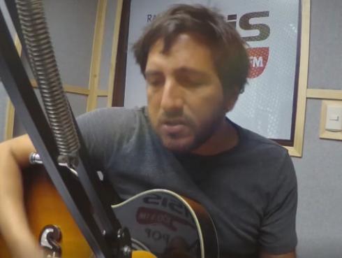 #Fogatera: Piccini interpretó 'Me estás atrapando otra vez', de Los Rodríguez