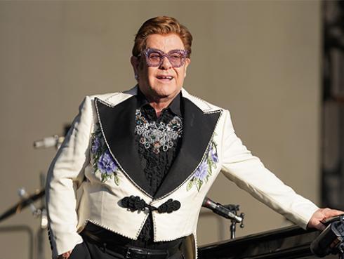 Elton John asegura que la pandemia del COVID-19 podría disminuir el egoísmo