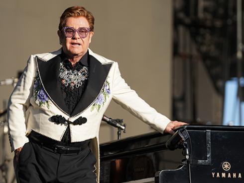 Elton John destaca la labor de los especialistas durante la pandemia del COVID-19