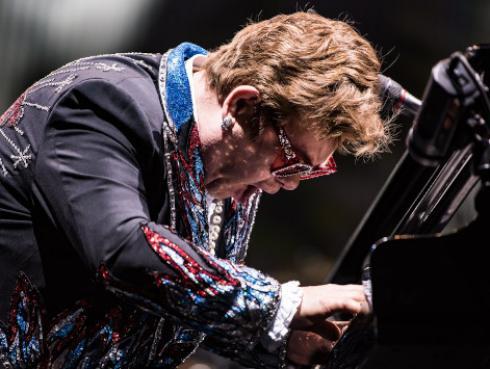 Elton John interrumpe su concierto entre lágrimas tras ser diagnosticado con neumonía