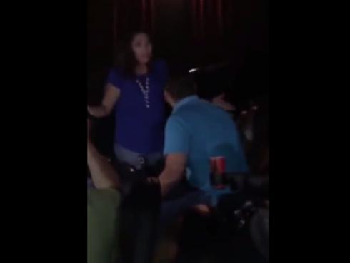 ¡Se quedó dormido en el cine y su pareja le armó el escándalo de la vida! [VIDEO]