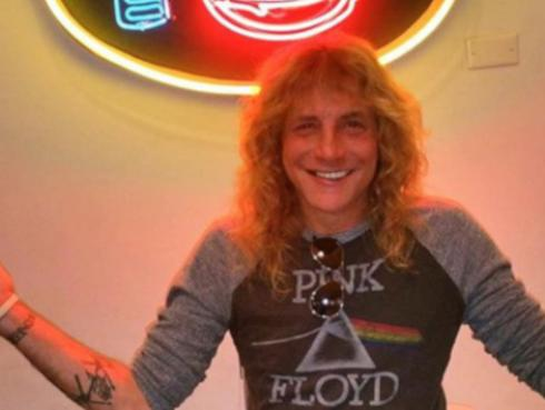 Ex baterista de Guns N' Roses fue hospitalizado tras apuñalarse a sí mismo