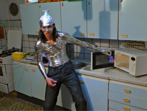 Jóvenes metieron objetos eléctricos a un microondas y esto fue lo que pasó [VIDEO]