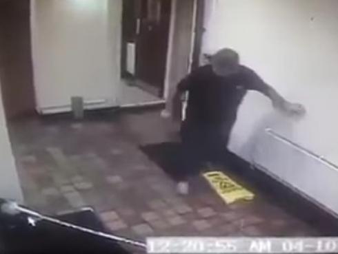 ¡'Fantasma' aterroriza a dueños de pub! ¿Será cierto? [VIDEO]