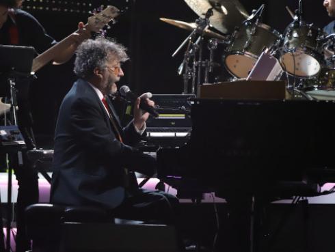 Fito Páez interpretó 'Fíjate bien' en homenaje a Juanes en los Latin Grammy