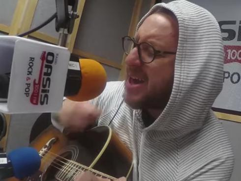 #Fogatera: El Marshall interpretó 'Don't Go Away', de Oasis.