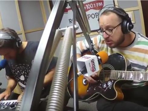 #Fogatera: El Marshall y Piccini interpretaron 'Everybody's Got To Learn Sometime', de The Korgis