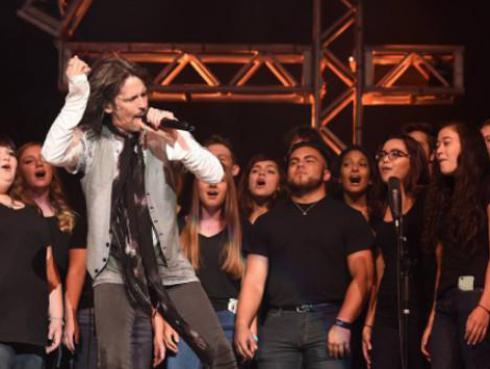 Foreigner cantó con estudiantes de secundaria en el escenario [VIDEO]
