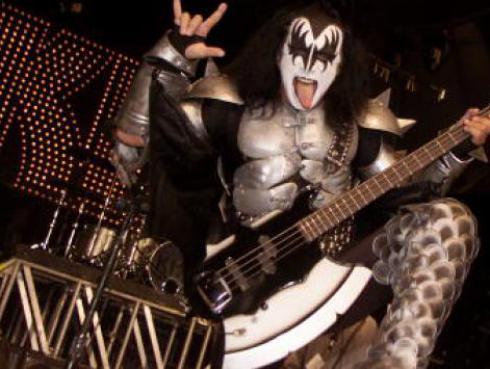 Gene Simmons de Kiss sufrió aparatosa caída en pleno concierto [VIDEO]