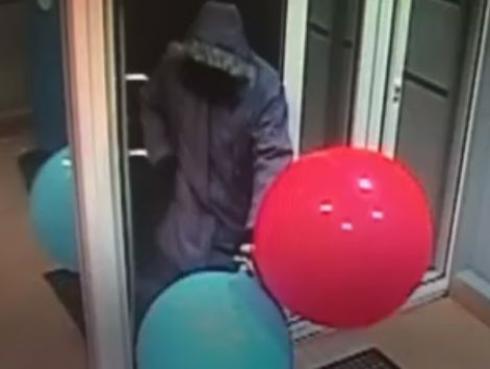 WTF! ¿Cómo hizo este ladrón para robar un cajero automático solo con globos?