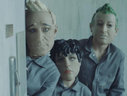 Green Day 'roba un banco' en nuevo videoclip de 'Bang bang' [VIDEO]