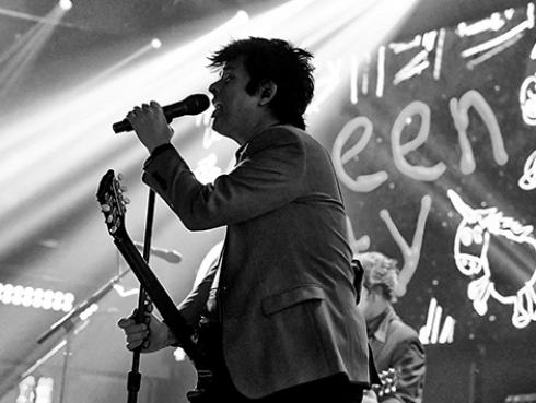 Green Day: Billie Joe Armstrong lanza cover de 'I think we're alone now'