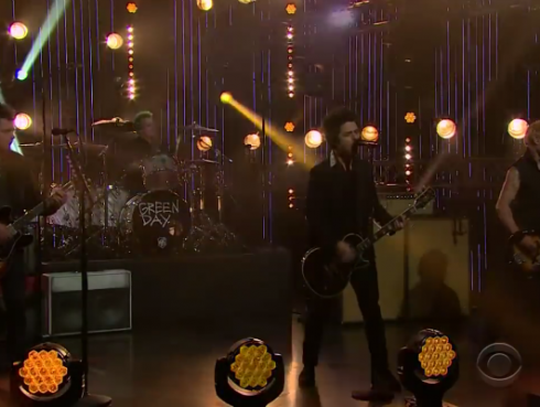 Green Day la rompió con 'Bang Bang' en el 'The Late Late Show' [VIDEO]