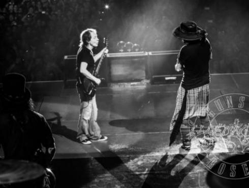 Mira a Angus Young, de AC/DC, sorprender a los fans en concierto de Guns N' Roses